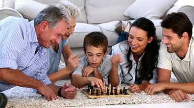 Jugar al ajedrez debe ser divertido para los más peques