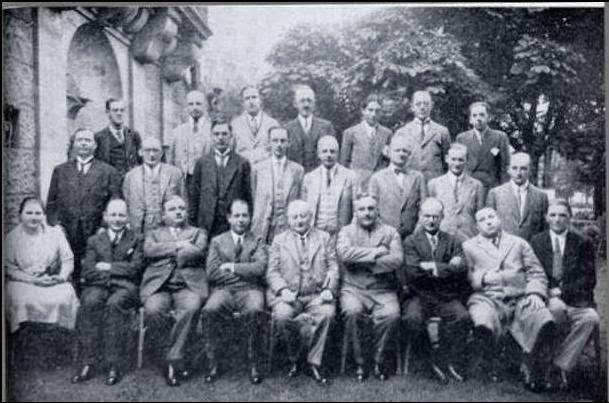 Menchik (abajo a la izq.) en el Torneo de Carlsbad (1929)