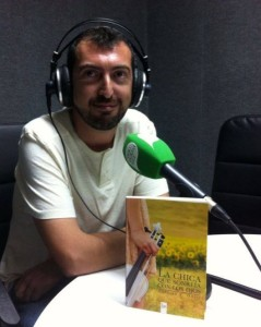 Antonio F. Ortiz en la radio con su novela