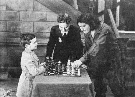 Chaplin observa la partida entre el pequeño polaco y su amigo Douglas Fairbanks