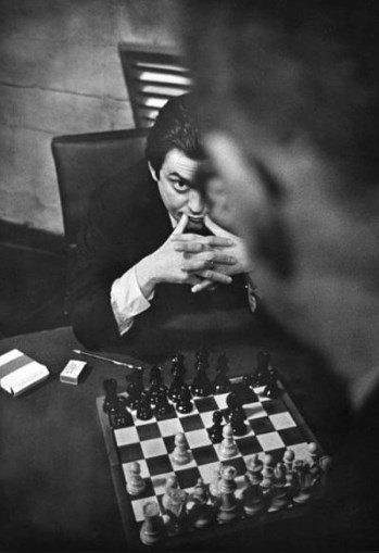 """Kubrick en el tablero. De espaldas, George C. Scott, actor en """"Teléfono rojo, ¿llamamos a Moscú?"""""""