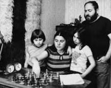 Laszlo Polgár observa a sus tres soles