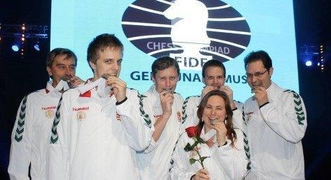 Polgar con el equipo húingara y su medalla de plata