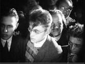 Fotograma de la película con Nabokov a la izquierda