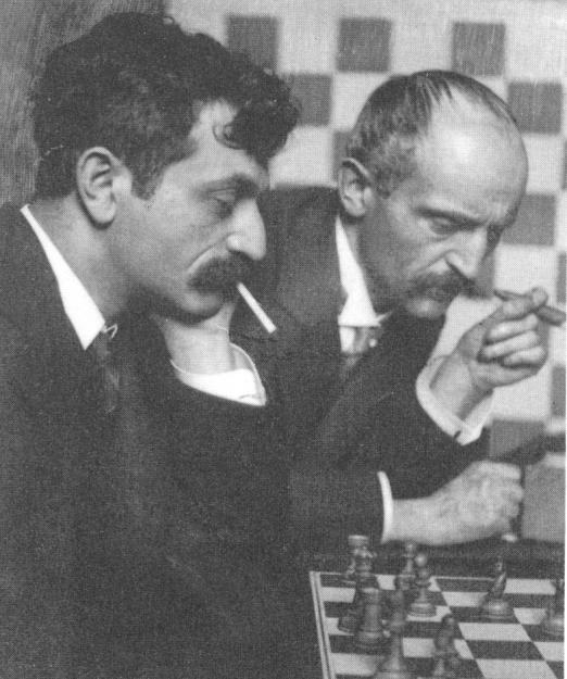 Emanuel Lasker junto a su hermano (al fondo)