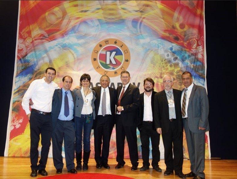 Hiquíngari con el equipo de ponentes coordinado por Miguel Illescas