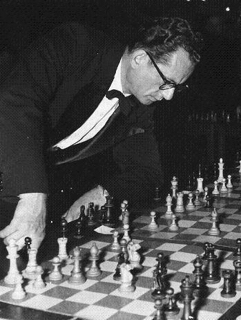 Rossolimo dando unas simultáneas (1951) Foto extraída de la web www.chessgames.com