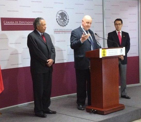 Hiquíngari Carranza (izq.), Leontxo Gª y Fernando Zárate (diputado del PRD)