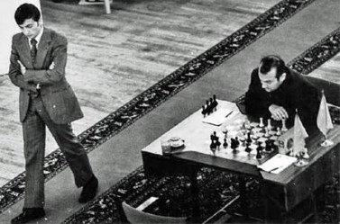 Legendaria imagen con Karpov paseando por la sala de juego y Krochnói concentrado (Baguio, 1978)
