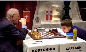 Curiosa imagen con Korchnói (izq.) jugando contra un jovencísimo Magnus Carlsen