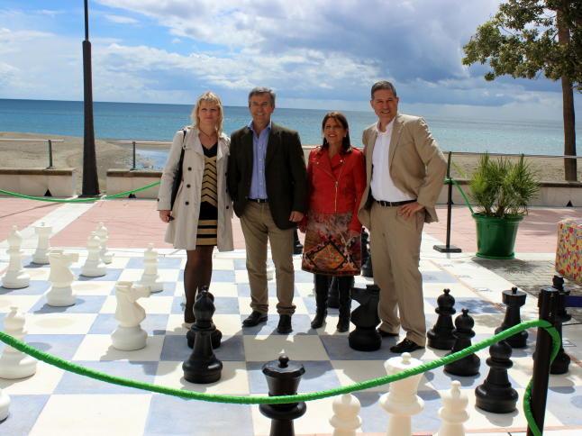 Foto: La Opinión de Málaga. Miguel Illescas y Olga Alexandrova con el alcalde de Estepona en la inauguración de un tablero gigante de 20 m2