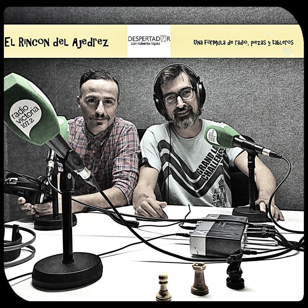 Roberto López y el maestro Azuaga con sus piezas de ajedrez en el estudio