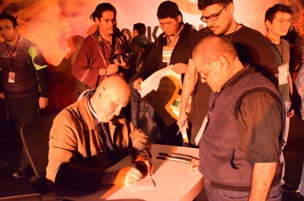 El periodista Leontxo Gª firma autógrafos a los asistentes del seminario