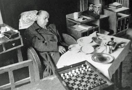 Fotografía oficial de Alekhine, encontrado muerto en Estoril en extrañas circunstancias