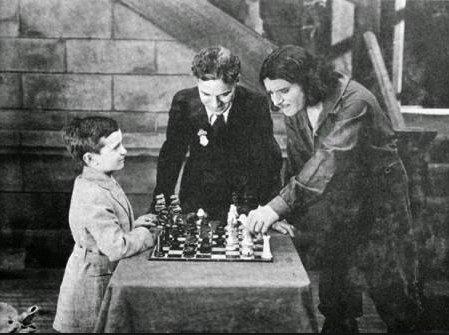 La marca del zorro (1920). Un jovencísimo Samuel Reshevsky juega con negras con Douglas Fairbanks ante la atenta mirada de Charles Chaplin. Foto: ajedrezconhistoria.blogspot.com
