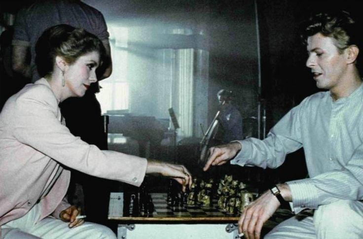 El ansia (1983). David Bowie juega con Catherine Deneuve