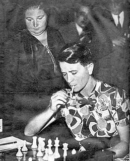 Graf, fumando, con Vera Menchik observando