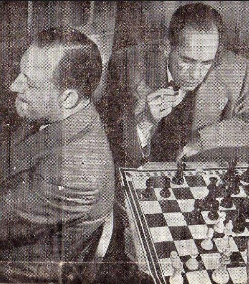 Koltanowski, de espaldas al tablero, juega con su amigo Humphrey Bogart.