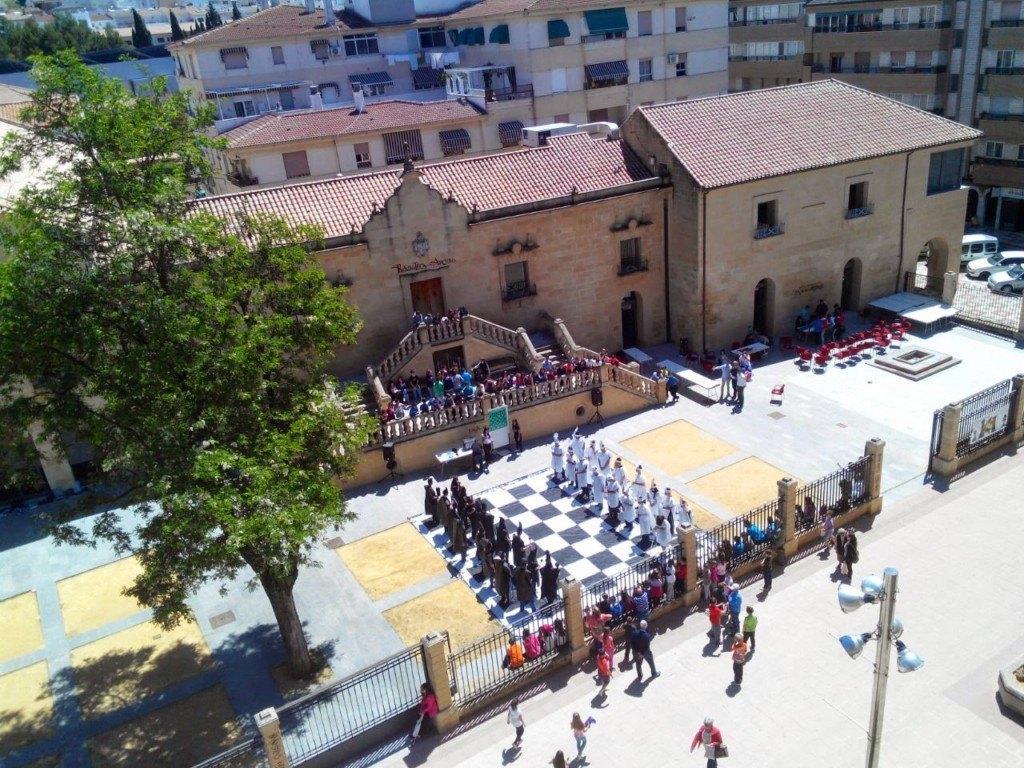 Imagen panorámica del ajedrez viviente en el IES Alfonso XI