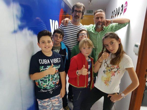 Foto de familia en los estudios de Radio Victoria