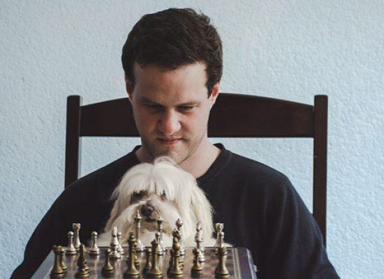 Hugo Roca: «En mi novela hablo de ajedrez como vía de escape a la violencia sostenida de México»